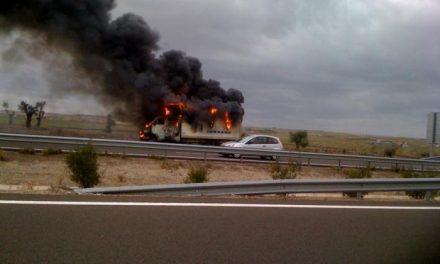 Un incendio calcina en la A-66 un camión de una compañía teatral que iniciaba una gira por Extremadura