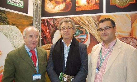 Elena Arzak y el presidente de la Asociación de Sumilleres visitan el stand de Queso de la Serena
