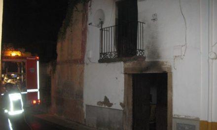 Un incendio destruye una vivienda de dos alturas en Moraleja sin provocar daños personales