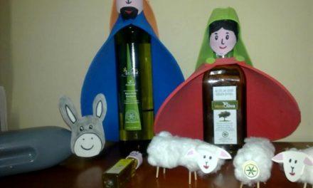 La DOP Gata-Hurdes instala en Hoyos un original nacimiento elaborado con botellas de aceite