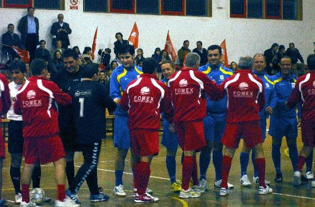 El PSOE y el PP marcan 13 goles en el partido benéfico de fútbol-sala de la lucha contra el cáncer
