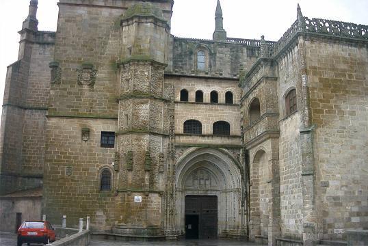La policía de Coria detiene a un presunto ladrón que se encontraba escondido en el interior de la catedral
