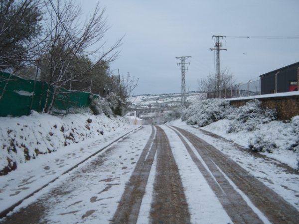 La nieve obliga a cortar al tráfico de la Ex-A1 a la salida de Plasencia y causa retenciones en la Ex-108