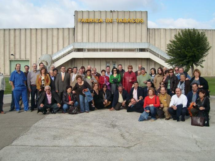 Medio centenar de medieros visita la fábrica de cigarrillos de Logroño por invitación de la multinacional Altadis