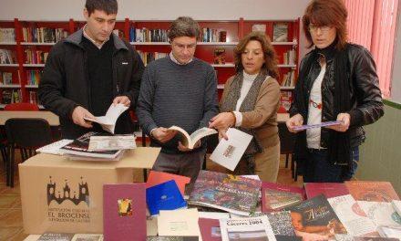 Diputación entrega cinco lotes de libros a La Moheda de Gata para los fondos de la Agencia de Lectura