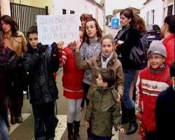 """Escolares de Mengabril se manifiestan para reclamar el arreglo de desperfectos en el colegio """"Santa Margarita"""""""
