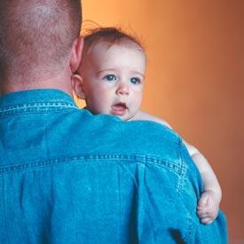 Apenas un tercio de los padres que residen en Extremadura pide el permiso de paternidad de trece días