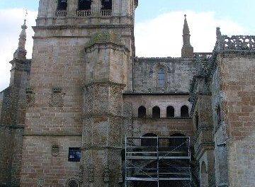 Vivienda inicia las obras de urgencia en el edificio de la Catedral de Coria para apuntalar la fachada este