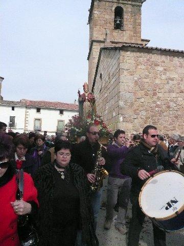 Moraleja honra un año más a San Blas con pólvora, caballos, trajes regionales y canciones populares