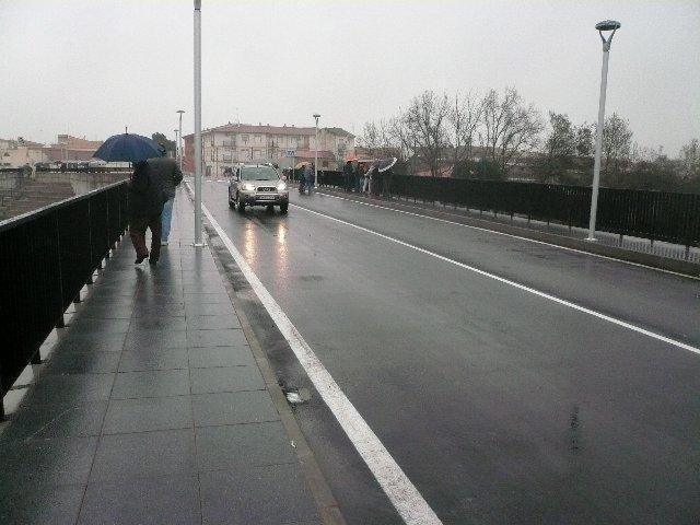Los vehículos ya circulan por el puente nuevo sobre la Rivera de Gata después de ser abierto al tráfico