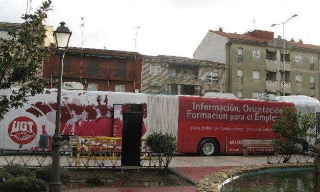El autobús de orientación laboral de UGT viaja a Coria después de pasar por Moraleja y Montehermoso
