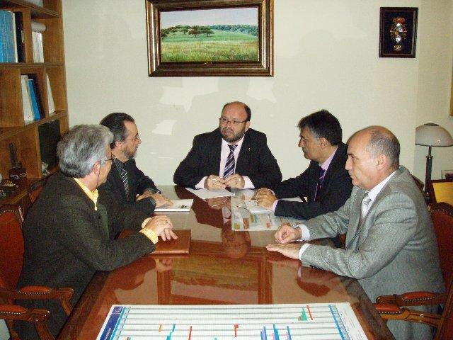 Fernando Solís se reúne con los empresarios de Las Capellanías para estudiar los últimos robos en la zona