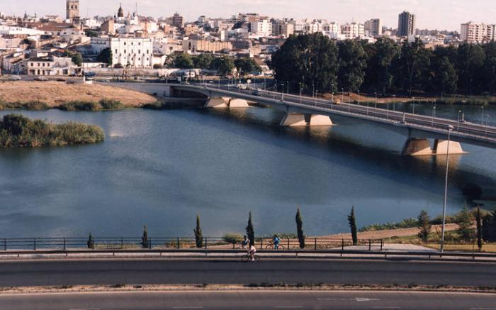 Fernández Vara ofrece al alcalde de Badajoz pagar la mitad de su 25% en la recuperación del río