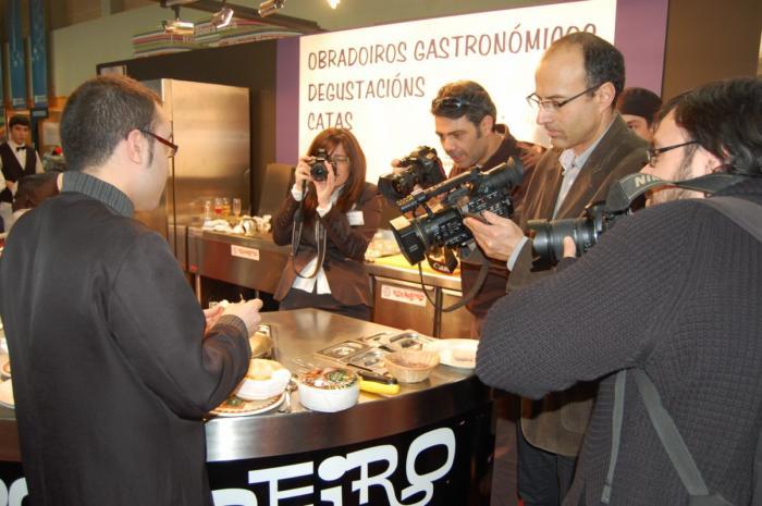 Cofradías gastronómicas y prensa especializada se interesa por la torta de La Serena en Xantar 2010