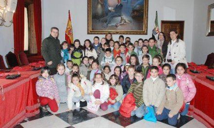 Alumnos de Torrejoncillo visitan la sede de la Diputación de Cáceres para conocer la institución
