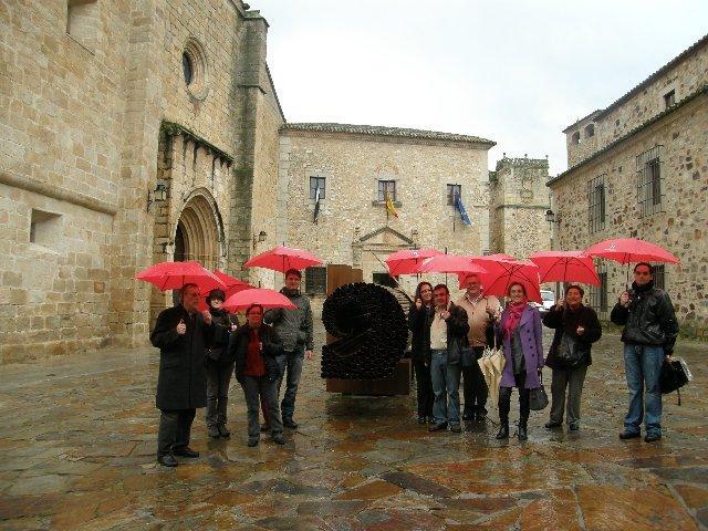La exposición del extremeño César David en Cáceres culmina con éxito gracias a las visitas guiadas