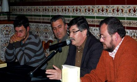 """Julián Puerto, autor del libro """"Acebo 1753"""", recibe el apoyo de sus vecinos durante la presentación de su obra"""