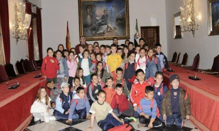 Alumnos placentinos del San Miguel Arcángel visitan las instalaciones de la Diputación Provincial