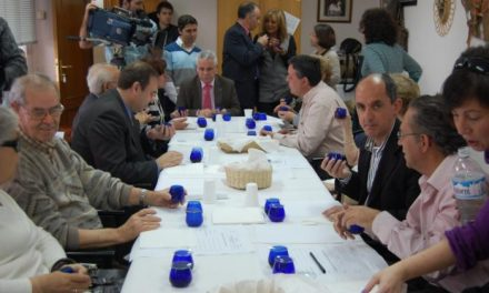 Una veintena de invidentes de la ONCE participa en una cata ciega de aceite de la DOP Aceite Gata-Hurdes