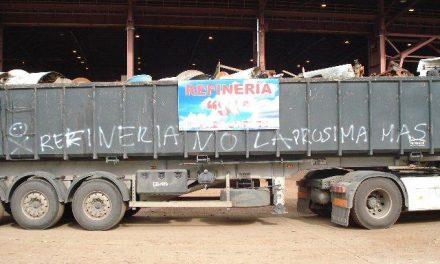 Unos desconocidos sabotean un camión en Zafra con pintadas amenazantes y el mensaje Refinería NO