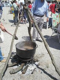 La fiesta de La Chanfaina de Fuente de Cantos reúne a 110 peñas y nombra a José Carlos Ramírez chanfainero mayor
