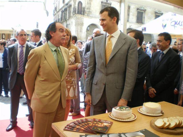 Los Príncipes de Asturias se interesan por el proceso de elaboración artesanal de la Torta de la Serena