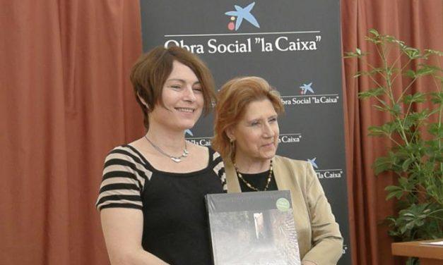 """Carmen Heras entrega el premio """"Más de 2016 lectores"""" a Clara Usón por su obra """"Corazón de Napalm"""""""