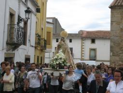 Decenas de personas despiden en Moraleja a la virgen de La Vega en su traslado a la ermita