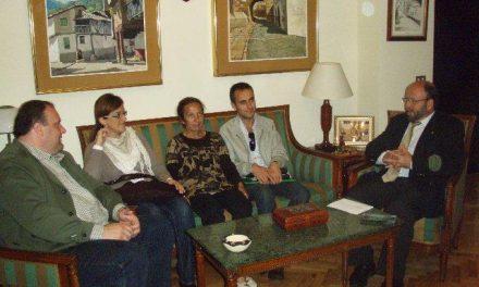 Fernando Solís recibe a los familiares de enfermos de Alzheimer en la comarca cacereña de Montánchez