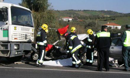 Tres jóvenes albañiles pierden la vida en un choque frontal entre dos coches en Santa Marta de los Barros