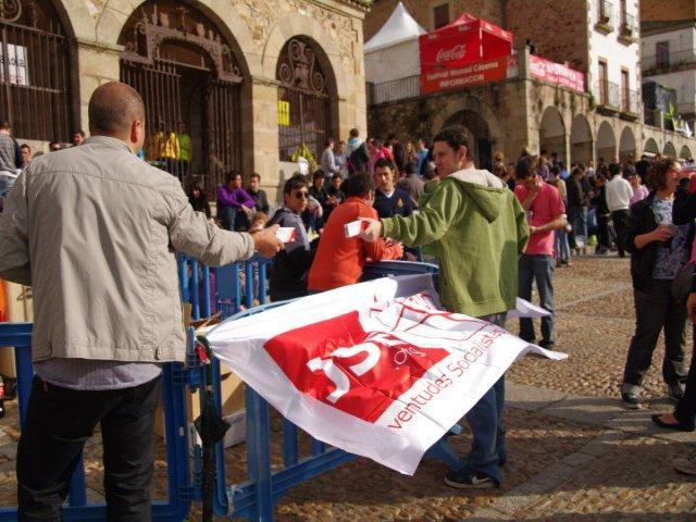 JJSS desafía a la lluvia en la celenración de su tradicional TuxMi durante la celebración del Womad en Cáceres