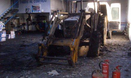 Un incendio generado por una chispa calcina un taller mecánico en Moraleja sin daños personales