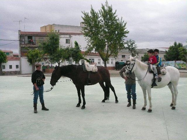Los alumnos del Joaquín Ballesteros de Moraleja conocen el mundo taurino y equino con una exhibición