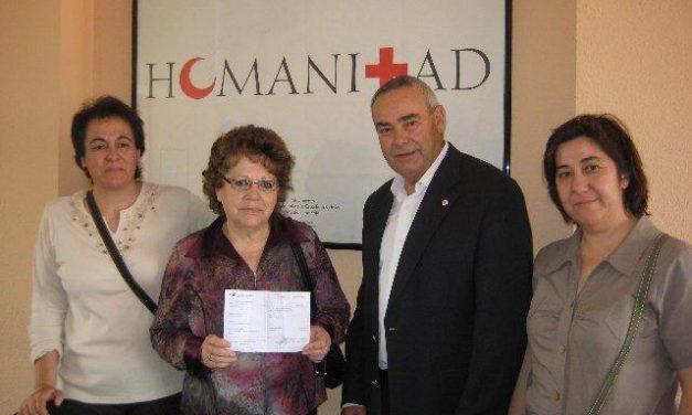 La presidenta de las Amas de Casa de Brozas entregan a Cruz Roja su aportación para Haití dotada con 1.018 €