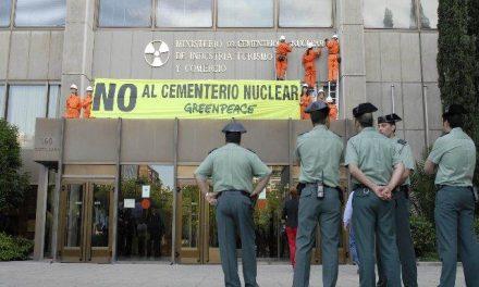 Greenpeace cambia el rótulo del Ministerio para reflejar la orientación pronuclear de la política del Gobierno