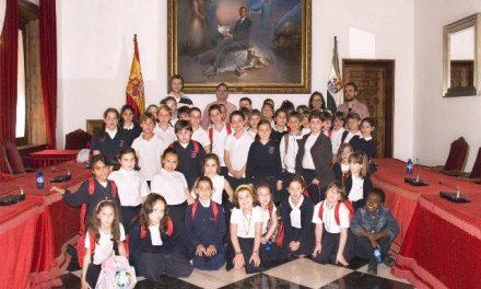 Niños y profesores de la Escuela Hogar Hogar de Plasencia visitan la Diputación de Cáceres