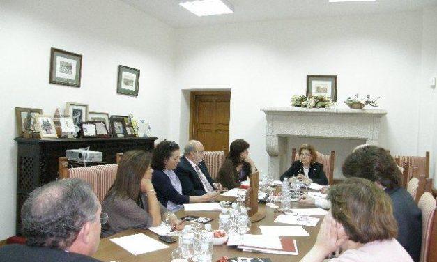 Carmen Heras informa a los miembros de la comisión ejecutiva sobre el estado del proyecto de Cáceres 2016