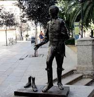 Unos vándalos arrancan y mutilan la figura femenina del monumento de bronce de El Redoble en Cáceres