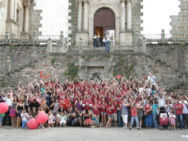 Más de un centenar de personas se unen en la plaza de San Jorge en la foto de apoyo a Cáceres 2016