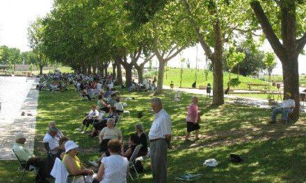Unos 1.000 mayores disfrutan de la convivencia comarcal en la piscina natural de Moraleja