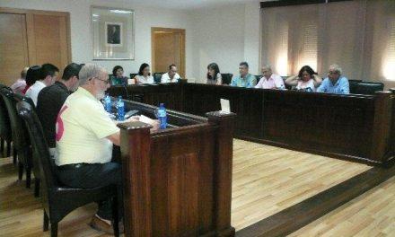 Jaime Vilella ironiza las críticas del PSOE local acudiendo al último pleno con 'el 6' a la espalda