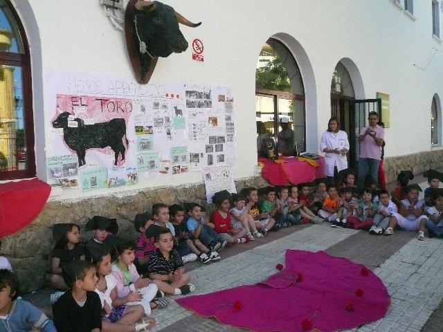 Los escolares del Joaquín Ballesteros de Moraleja reciben la visita del matador de toros Emilio De Justo