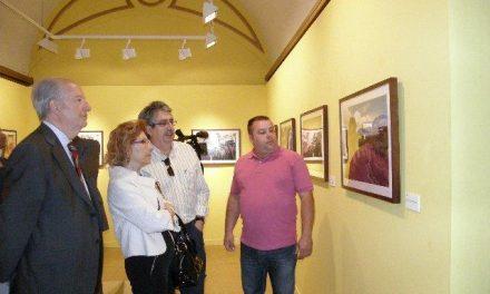 Carmen Heras inaugura una muestra de Lorenzo Cordero sobre 22 años de fotoperiodismo en Cáceres