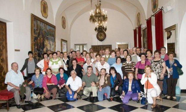 Los mayores de la Asociación de la Tercera Edad de Perales del Puerto visitan la Diputación de Cáceres