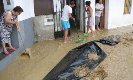 Una inesperada tormenta inunda el centro de Moraleja y causa malestar entre vecinos y comerciantes