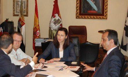 La alcaldesa de Plasencia recibe al nuevo presidente del Club de Baloncesto Plasencia Ambroz