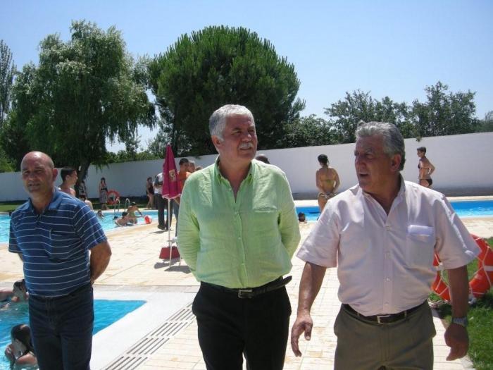 Tovar visita las piscinas de Torrejoncillo que se han ejecutado con fondos de la Diputación Provincial