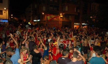 Miles de cacereños salen a las calles a festejar el triunfo de España en el Mundial con cohetes y banderas