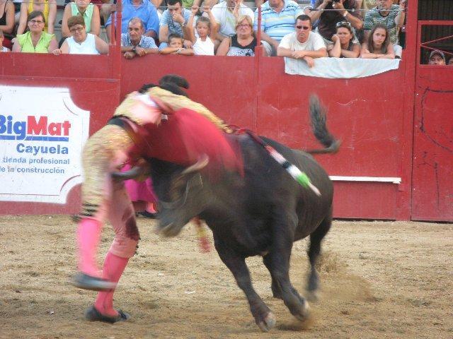 El novillero Saúl Jiménez Fortes resulta herido en la tercera de abono de la feria de Moraleja