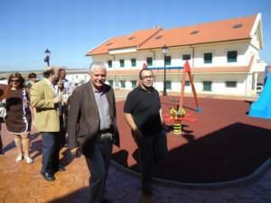 Tovar inaugura en Holguera un parque infantil en honor a a la Hermandad de Donantes de Sangre de Plasencia